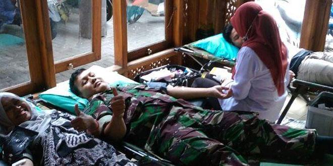Babinsa Jayengan Melaksanakan Donor Darah Dalam Rangka Menjelang Kirab Budaya
