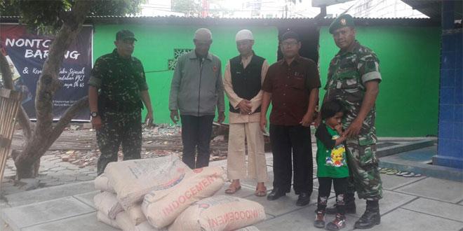 Danramil 03 Serengan Menyerahkan Bantuan di Masjid Baitusaalam Berupa 10 Sak Semen