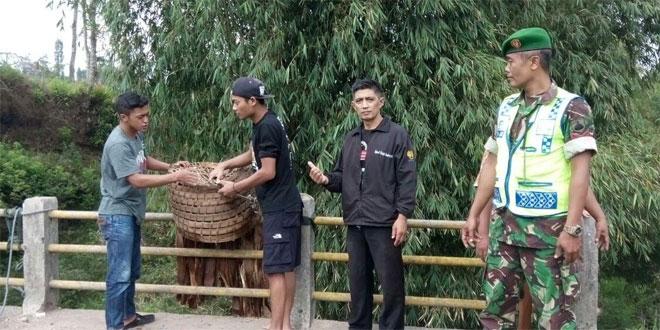 Anggota Koramil 03/Parakan dan Dinas KLH Mengecek Kebersihan Hulu Aliran Sungai Galeh di Kecamatan Kledung