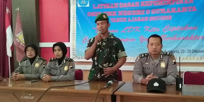 Babinsa Koramil 02/Banjarsari dan Babinkamtibmas Melaksanakan Pengarahan Kepemimpinan Kepada Siswa SMK 9 Surakarta