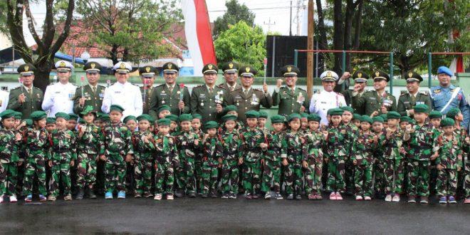 ANAK-ANAK TK KARTIKA III-26 BERI BUNGA KEPADA PRAJURIT TNI KODIM 0703/CILACAP