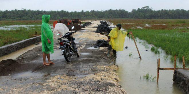 Hujan Deras Menjadi Perekat Kebersamaan TNI Rakyak Dalam Pelaksanaan TMMD