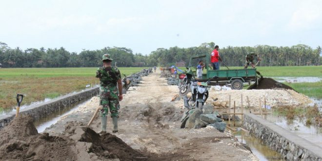 Meski Hari Libur, TNI Manunggal Membangun Desa (TMMD) Tetap Bekerja