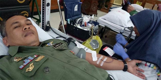 Babinsa Prawirodirjan Mendukung Giat Bakti Sosial Pemkot Yogyakarta Dengan Mendonorkan Darahnya