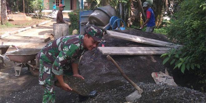 Atasi Kesulitan Rakyat, Babinsa Bantu Pengecoran Jalan Desa