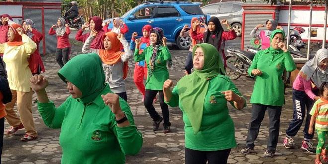 Persit Koramil 18/Cilacap Utara Senam Bersama Masyarakat