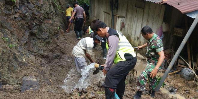 TNI, Polri Bersihkan Tanah Longsor di Dusun Sidamukti