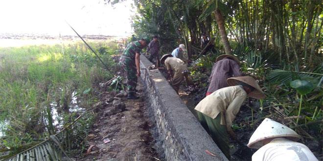 Koramil 05 Kesesi Bersama Masyarakat Gotong Royong Perbaiki Saluran Irigasi