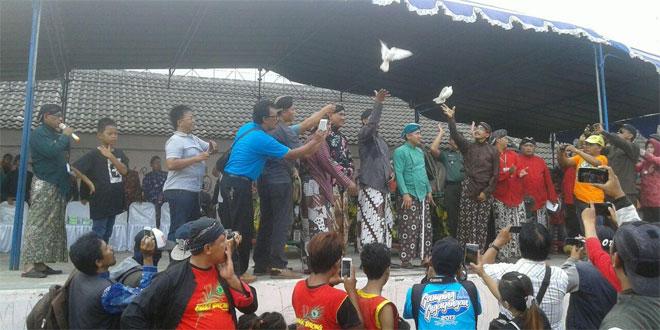 Koramil 17/Gamping Lestarikan Adat Bekakak Saparan Bersama Warga Desa