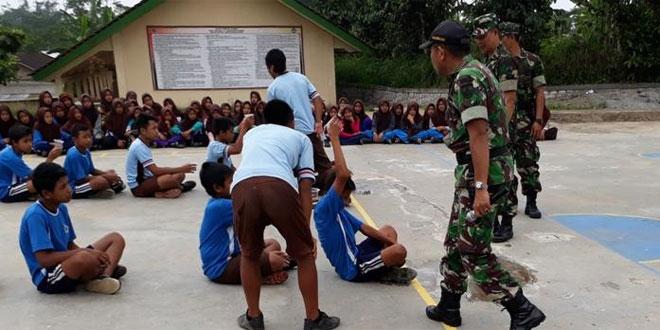 Babinsa Koramil 04/Karangkobar Menyelenggarakan Materi Out Bond Kepada Siswa Siswi SMP Negeri 2 Karanggondang