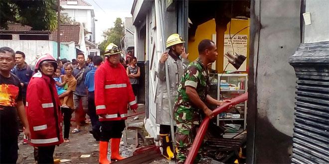 Piket Koramil 03 Serengan 0735 Surakarta Siap Siaga Membantu Petugas Pemadam Kebakaran