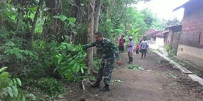 Gotong Royong Pembersihan Jalan dan Sungai Dukuh Kledekan Jatinom