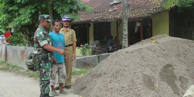 Babinsa Koramil 20/Cawas Bersama Perangkat Desa Cek Material Untuk Betonisasi