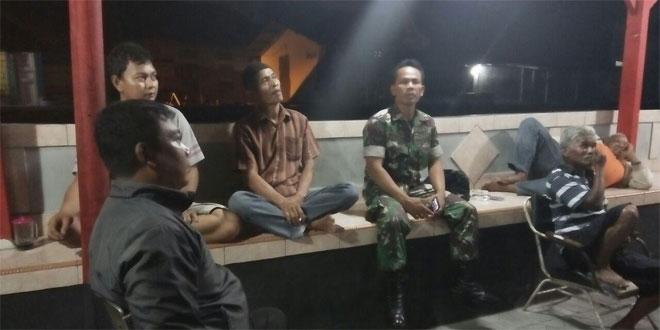 Babinsa dan Babinkamtibmas Memotivasi Kegiatan Siskampling kepada Warga di Kampung Ratmakan