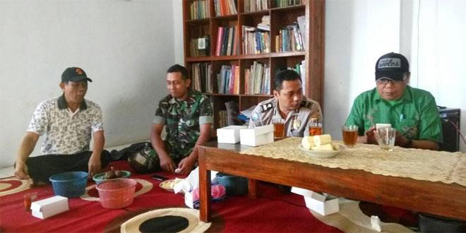 Babinsa Gedongtengen dan Babinkamtibmas Polsek Gedongtengen Melaksanakan Komunikasi Sosial di Wilayah