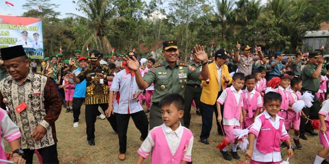 Pangdam IV/Diponegoro Goyang Maumere Bersama Siswa SD