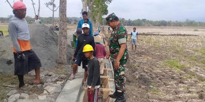 Babinsa Koramil 02/Gombong Pendampingan Perbaikan Irigasi