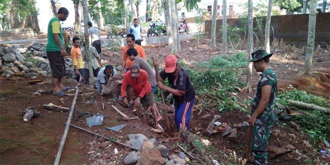 Babinsa Koramil 08/Keling Melaksanakan Kegiatan Kerja Bakti Mengajak Masyarakat Untuk Peduli Terhadap Lingkungan