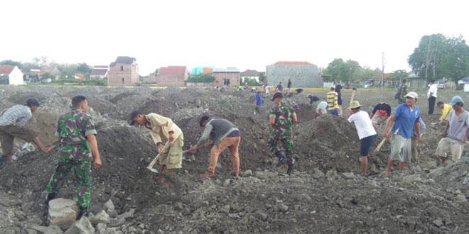 Babinsa Dukuhturi Gotong Royong Bersama Warga Desa Dukuhturi Kerja Bakti
