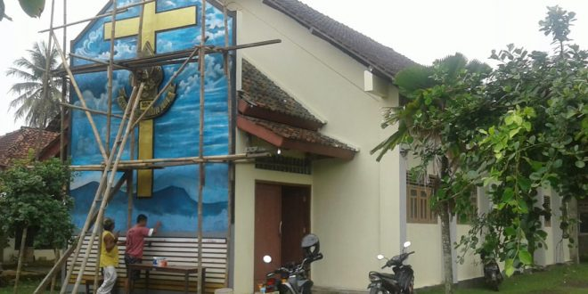 Sambut Natal, Babinsa Bantu Percantik Gereja Kristen Jawa (GKJ) Rawajaya