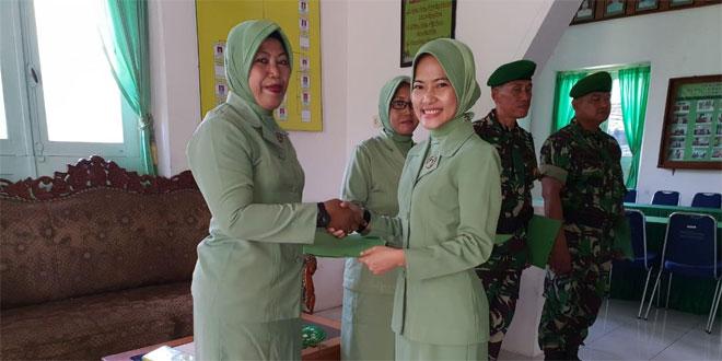 Ketua Persit KCK Cabang XVIII Kodim 0703/Cilacap Serahkan Beasiswa Berprestasi