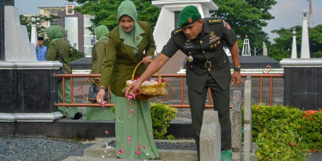 Peringati HUT ke 68 Penerangan TNI AD, Pendam IV Ziarah ke Makam Pahlawan