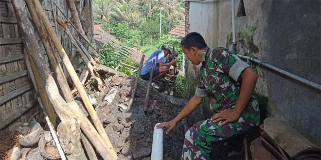 Babinsa Koramil 01 Temanggung Bantu Warga Perbaiki Saluran Air Bersih
