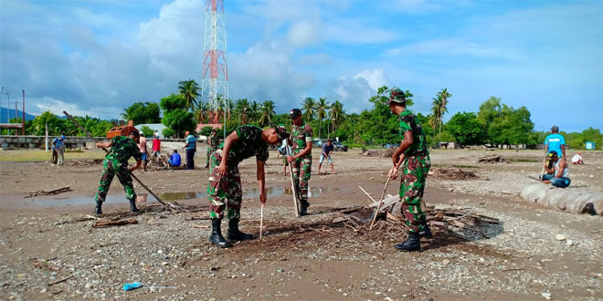 TNI dan Warga Bergotong Royong Bersihkan Pantai Motaain