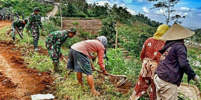 Luar Biasa, Kaum Hawa Dusun Tritis Antusias Bantu Kegiatan Pra TMMD