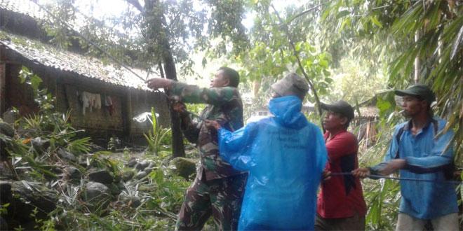 Anggota Koramil 15/Dukun Membantu Warga Desa Korban Puting Beliung