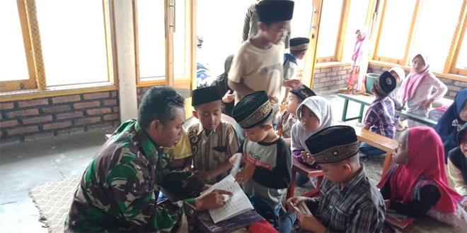 Satgas TMMD Memberikan Bimbingan Baca Aquran Pada Anak-anak