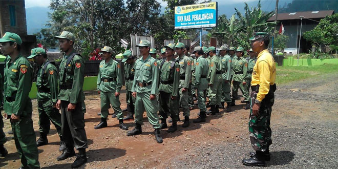 Linmas Se-Kecamatan Lebakbarang Dilatih PBB Oleh Anggota TNI