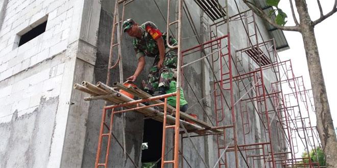 Andil Babinsa Dalam Membangun Gedung Serba Guna di Wilayah Binaannya