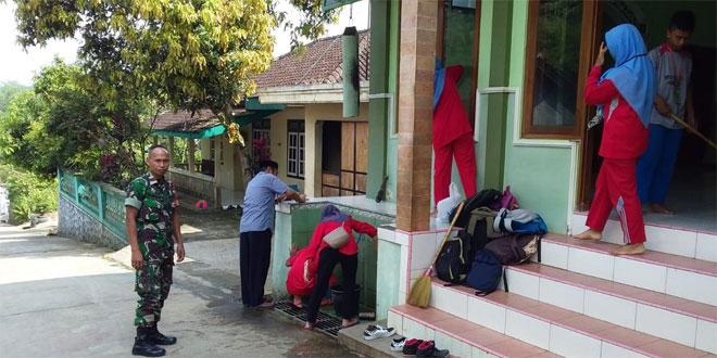 Babinsa Kranggan Ajak Siswa Bersama-sama Pembersihan Masjid