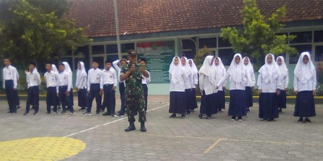 Anggota Koramil 10/Imogiri Latih Siswa-Siswi MTSN 3 Imogiri Tentang Upacara Bendera