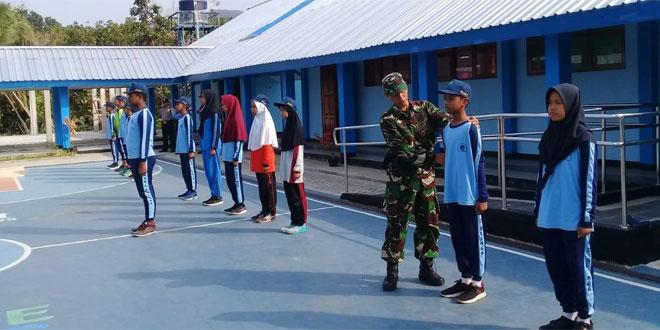 Babinsa Ramil 11/Dlingo Melatih Baris Berbaris Di Wilayah Binaan