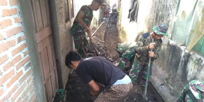 Koramil Muntilan Dan Warga Bersih-Bersih Parit