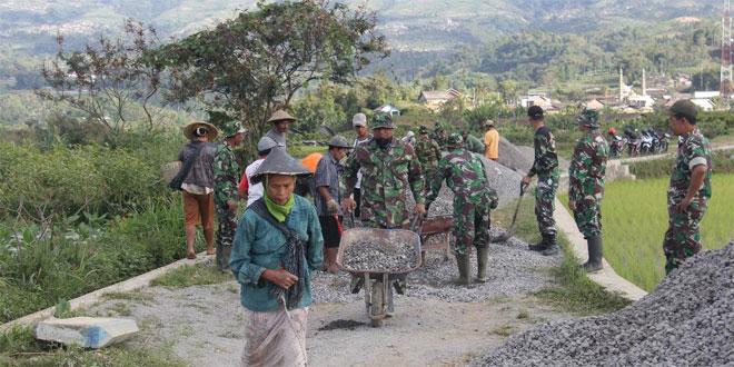 Tasidah, Ikut Ngecor Jalan Program TMMD Sengkuyung