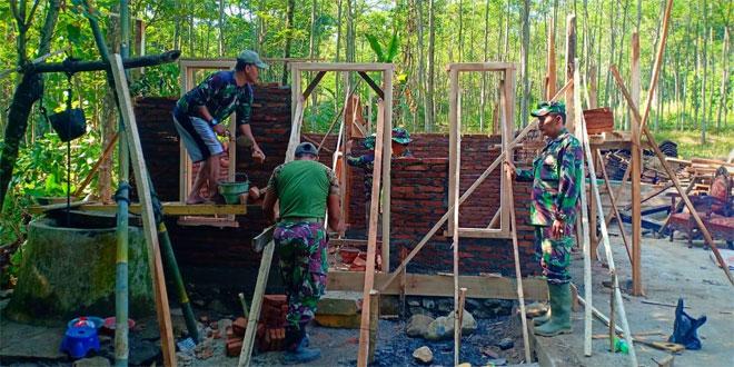 Rehab Rumah Ibu Sumiar, Wujud Nyata TNI Dalam Sukseskan Pembangunan