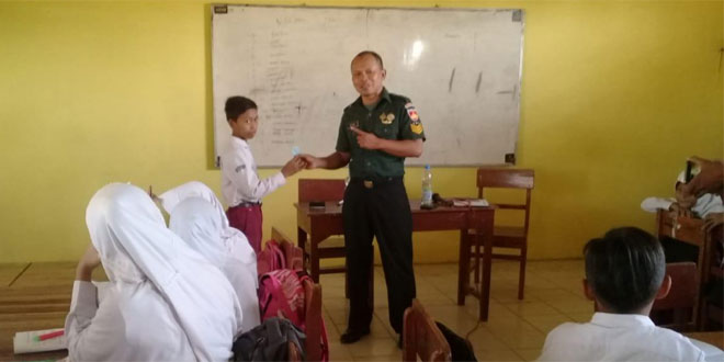 Babinsa Koramil 10/Wiradesa Berikan Pendidikan Karakter dan Wawasan Kebangsaan
