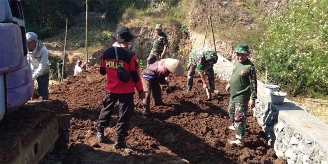 TNI Bersama Rakyat Gotong Royong Pembuatan Talut Dan Jembatan
