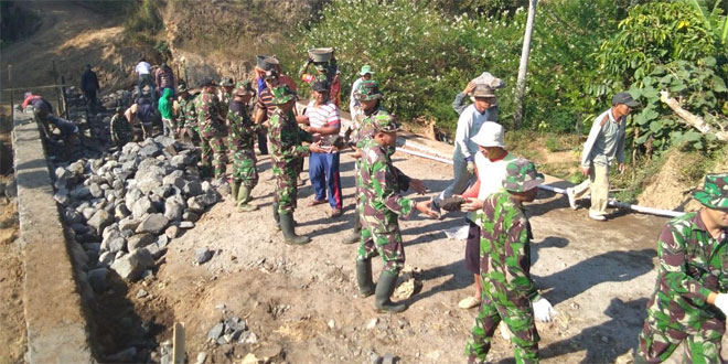 TNI Bersama Rakyat Kompak Bahu Membahu Langsir Material Pembangunan Jembatan TMMD Sengkuyung Kodim 0706/Temanggung