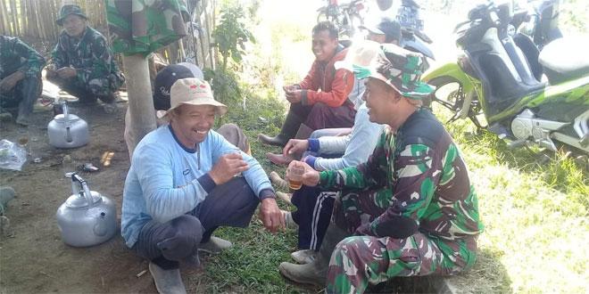 TNI Membaur Dengan Rakyat Disaat Istirahat Dalam Sukseskan Program TMMD Sengkuyung Kodim 0706 Temanggung