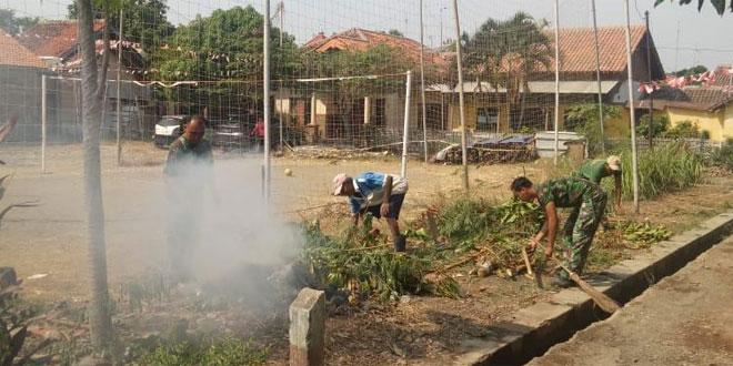 Babinsa Serka Aris Purwantoro Bantu Masyarakat Kerja Bakti