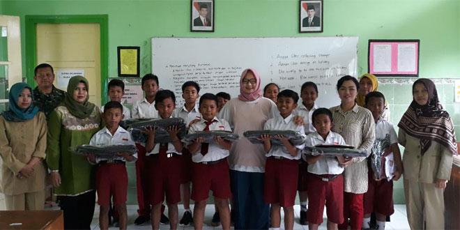 Ketua Persit Kodim 0705/Magelang Beri Bantuan Seragam Sekolah
