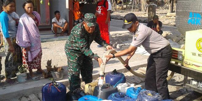 TNI Polri dan Komunitas Solidariras Adventur Community Bantu Air Bersih