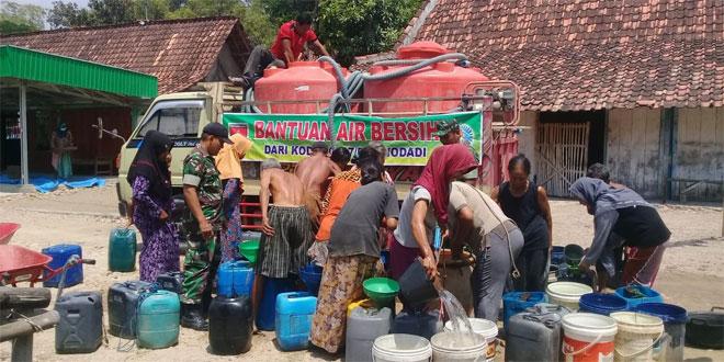 TNI Salurkan Bantuan Air Bersih Untuk Meringankan Baban Masyarakat