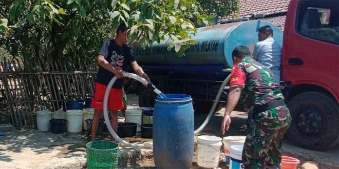 Babinsa Membantu Pendistribusian Air Bersih