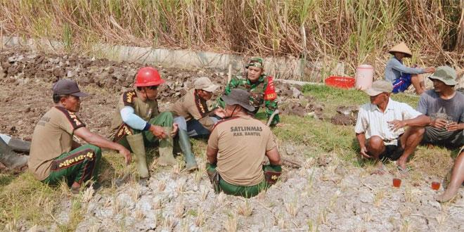Babinsa Koramil 12/Pundong Kerja Bakti Bikin Jalan Usaha Tani