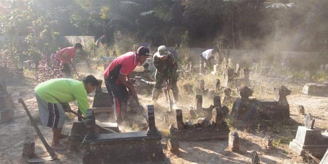 Babinsa Dan Warga Gotong Royong Bersihkan Makam
